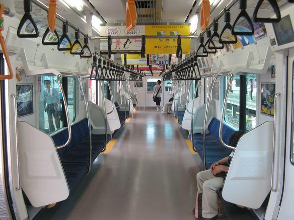 京葉線E233系の車内