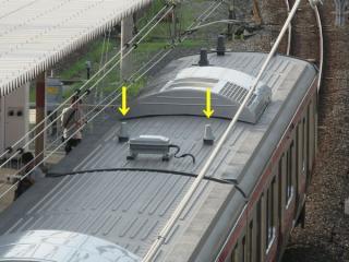 東京寄りの先頭車クハE232-5000形の後部屋根に搭載されたWiMAXアンテナ(矢印の先)