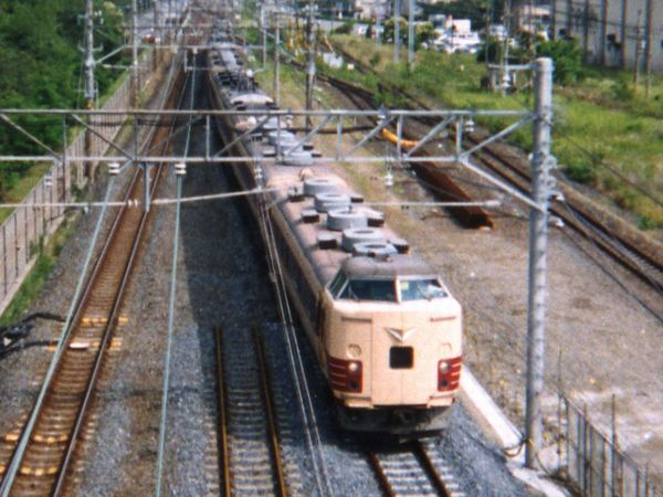 183系0番台。この車両は前面の列車名表示がLED化されていた。