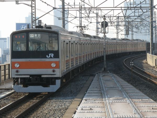 武蔵野線に転用された205系。編成中のパンタグラフが2基であることから電動車はVVVF制御化された5000番台であることが分かる