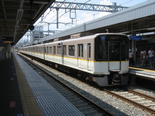 阪神尼崎駅に停車中の9820系