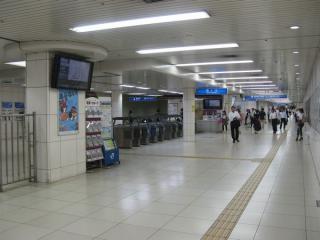 西改札口。直進すると地下鉄四つ橋線西梅田駅。
