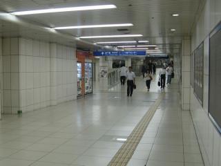 西梅田駅へ続く通路は途中でスロープになっている。