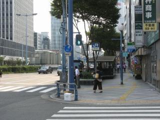 北新地駅の11-23出入口。左の曽根崎通の中央分離帯には換気塔がある。