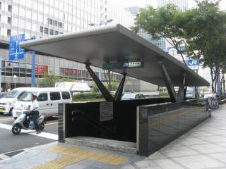 桜橋交差点脇にある11-5出入口。地下鉄四つ橋線西梅田駅の出入口を兼用する。