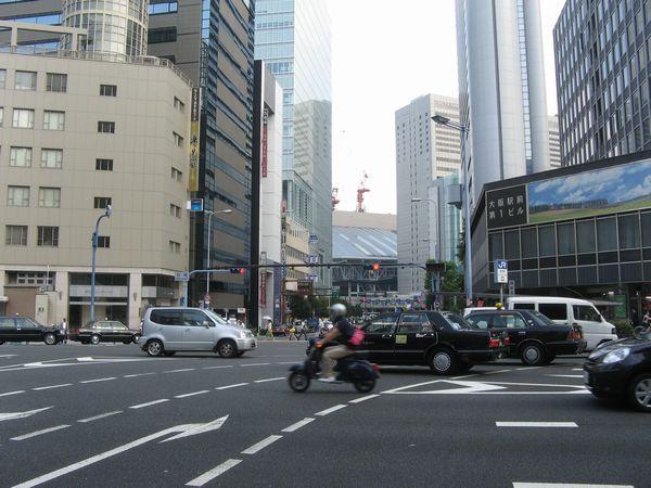 桜橋交差点から大阪駅方面を見る。奥では大阪駅ホームの上空に建設中の大屋根が見える。
