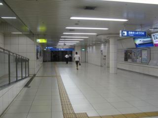 東改札口の先は梅田新道交差点へ続く地下道。
