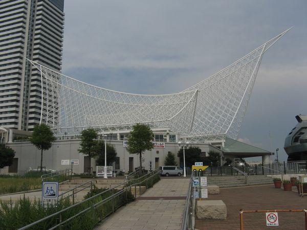 神戸海洋博物館。白い骨組みが被さった特徴的な外観。