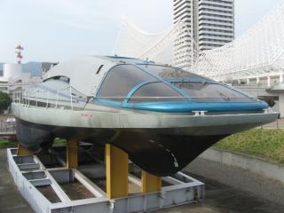 超電導電磁推進船「ヤマト1」。船体に取り込んだ海水に強力な磁力をかけ、その反力で推進するようだ。