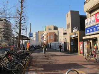 2番出入口前から小竹向原駅方面を見る。奥の歩道上に工事用の囲いができている。