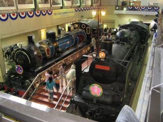 「さよなら交通博物館」のヘッドマークが装着された蒸気機関車。