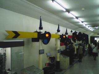 館内の展示物(信号機)。高架下のため、通路数本に分かれて展示されていた。(2006,02,25)