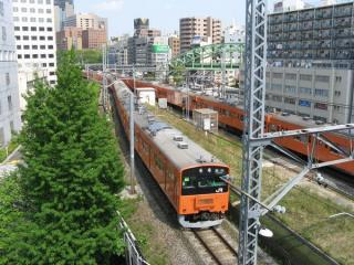 本館屋上から中央線の線路と万世橋駅跡を見下ろす。今は無き201系が通過中。