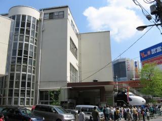 交通博物館エントランスを西側(地下鉄小川町駅側)から見る。(2006,05,04)