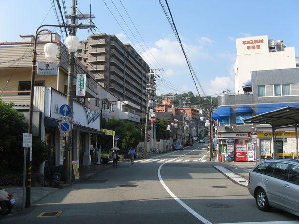 阪急甲陽園駅前から東を見る。