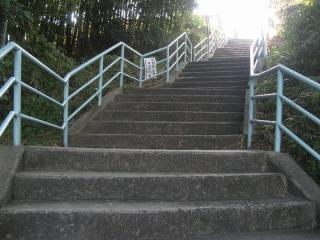 甲陽園駅前から高台へ続く階段