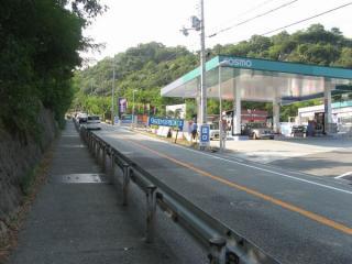 同じく県道沿いにあるガソリンスタンド(コスモ石油)