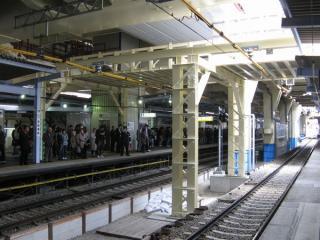京急蒲田駅のホーム。正面の上り線ホームが使われるのもあと少しの間である。