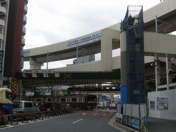 国道15号線(第1京浜)の踏切。2層構造の高架橋がほぼ完成している。