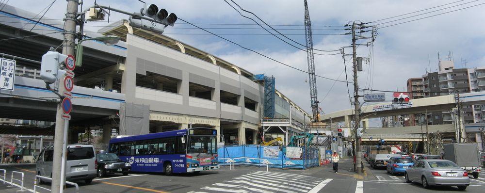 踏切の反対側から京急蒲田駅を見る。(2枚合成)