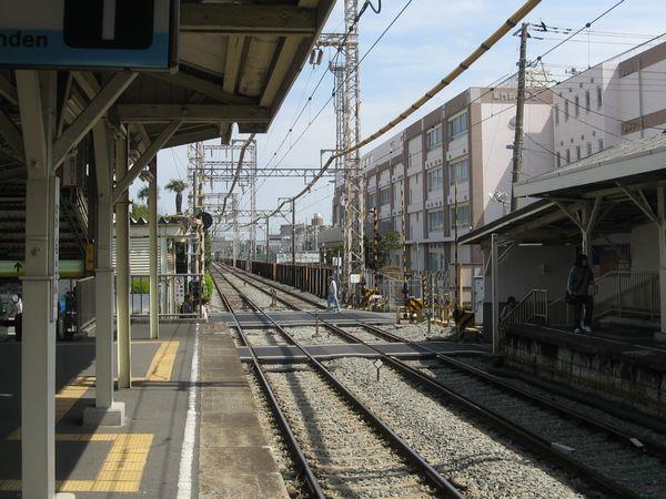 東門前駅のホームから産業道路駅方向を見る。