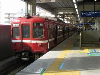 高架化された京急蒲田駅上りホームに停車中の京急旧1000形。旧1000形は上り線高架化から1ヶ月後に営業運転から退いた。
