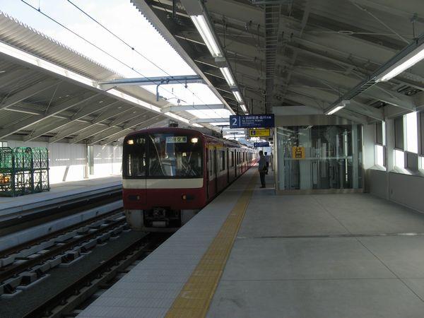 雑色駅の高架上りホーム。右の仮囲いの部分は今後エスカレータになる予定。