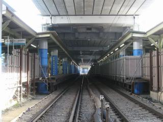 下り線のみとなった地上ホーム(駅前の踏切より撮影)。旧上り線の線路上には新ホームへの通路が新設された。