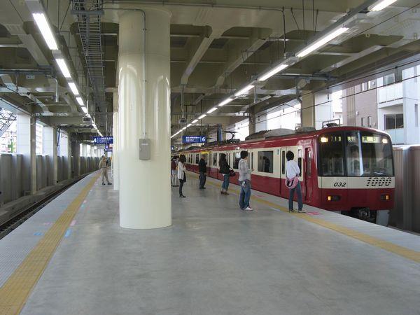京急蒲田駅の高架上りホーム。新1000形は本線の6番線に停車中。左の線路は空港線へ通じる5番線。