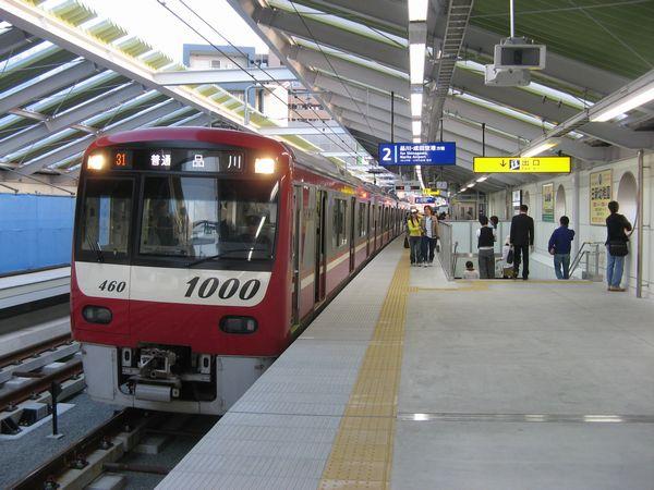 大森町駅高架上りホームに停車中の京急新1000形ステンレス車。