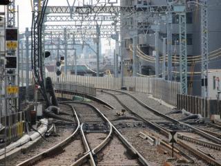 平和島駅下りホームから見た上り線の高架線取り付け部分