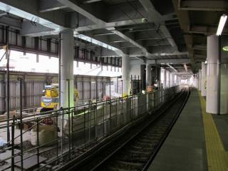 大森町駅地上。上り線の撤去後では橋脚の地中梁の構築作業が行われていた。