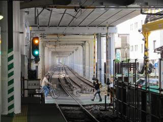 大森町駅下りホームから横浜方面を見る。駅間の旧上り線の軌道は放置されている。