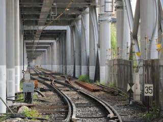 踏切から空港線羽田空港方面を見る。こちらも旧上り線の軌道は放置されている。