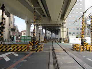 踏切内の旧上り線のレールは撤去されている。