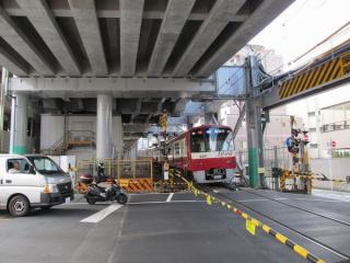 環状8号線の仮設高架を駆け上がる新1000形エアポート急行新逗子行き