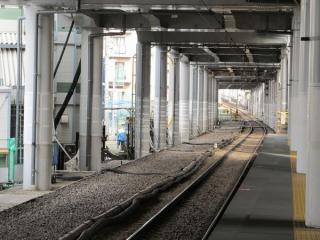 地上の大森町駅下りホームから品川方面を見る。上り線の軌道は撤去済み。
