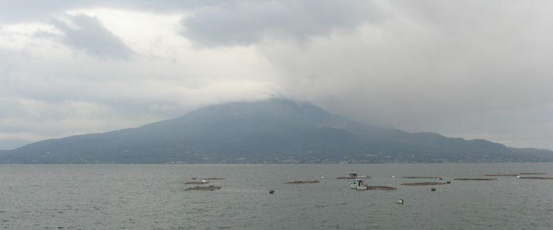 鹿児島湾を挟んだ反対側(国道10号線姶良市付近)から見た桜島