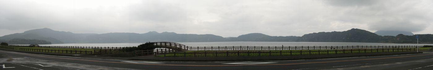 池田湖(7枚合成)。左端の湖に向かって突き出している部分は鍋島岳(4300年前に形成された溶岩ドーム)
