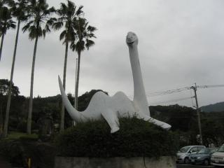 池田湖にすむとされている「イッシー」。湖岸の各所にこのような像が置かれている。