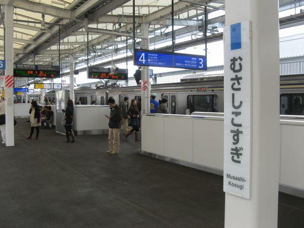 2010年3月に開業した横須賀線武蔵小杉駅。武蔵小杉地区では、2013年の東急東横線と東京メトロ副都心線の相互直通運転開始の効果もあり、人口増加が続いている。川崎市は2010年の国勢調査で人口増加率が国内の大都市でトップになった。