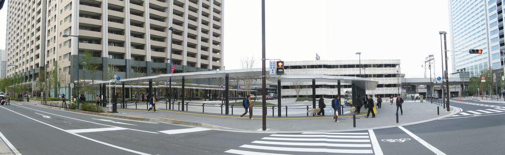 新南改札(横須賀線口)前の駅前広場。(3枚合成)