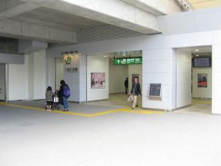 新幹線高架橋の反対側。この右手はNECの工場内となるため行き止まりになっている。