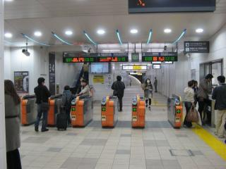 横須賀線高架下の新南改札。改札外乗り換え対応を示すため自動改札機がオレンジ色になっている。