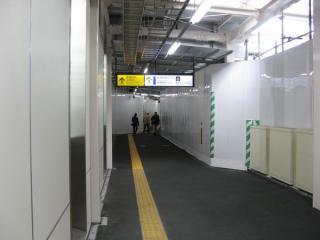 仮設通路の内部。最小幅員は3mで、1列ずつですれ違うのが精一杯。