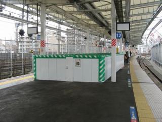 横須賀線ホーム上には既にこの本設通路へ通じる階段が完成済みだが、まだ仮囲いで覆われている。