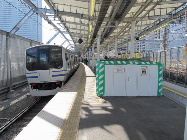 工事中の南武線連絡通路のエスカレータと横須賀線E217系