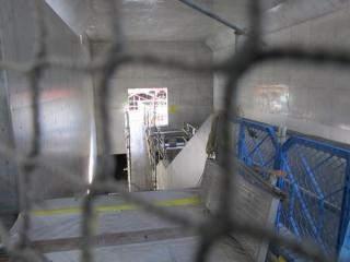 仮設・本設の分岐部分の先には階段がある。この地点では右側の動く歩道とかなり高低差が付いている。