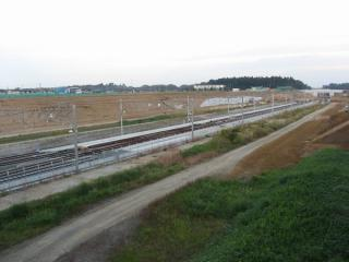駅の上を通る陸橋から見たところ。この時点では成田空港方面へ通じる外側2線の軌道は未完成だった。2008年11月2日撮影