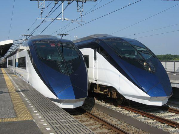 東松戸駅で並んだ試運転中の新型スカイライナー